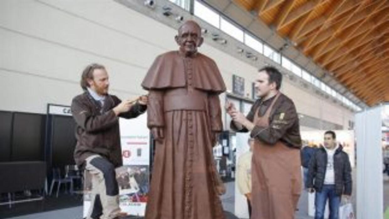 Francisco recibió una figura en tamaño real de él mismo realizada en cho...