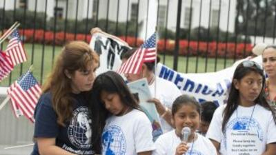 Un grupo de niños estadounidenses hijos de indocumentados durante una pr...