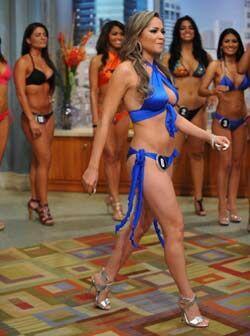 La mexicana Crystal Gallegos trató de aguantar la risa mientras caminaba...
