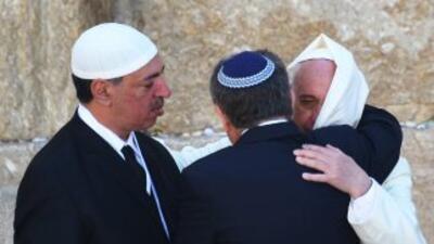 El rabino Abraham Skorka abraza al Papa Francisco y observa el líder mus...