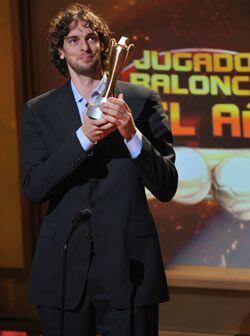 El campeón con Los Angeles Lakers, Pau Gasol, se quedó el trofeo a mejor...