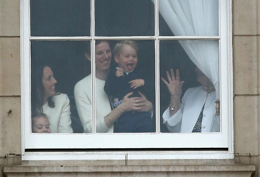 El Príncipe George Alexander Louis feliz desde la ventana.