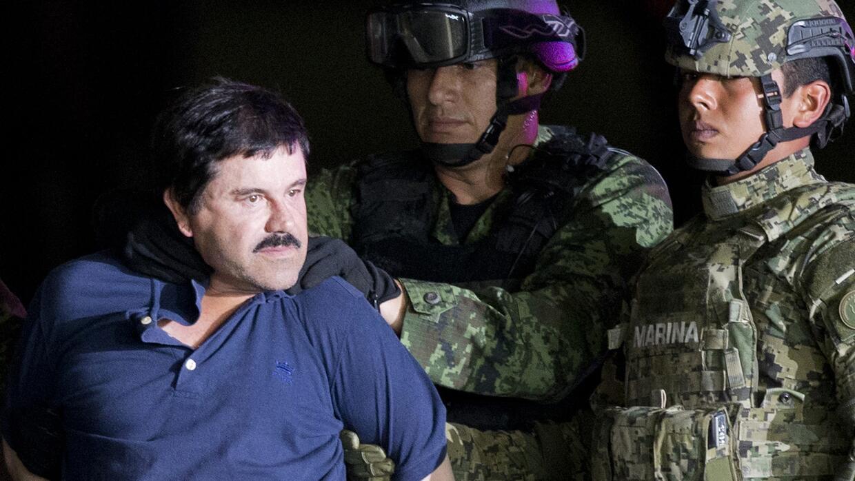 """Joaquín """"El Chapo"""" Guzmán es obligado a mirar a la prensa mientras es es..."""