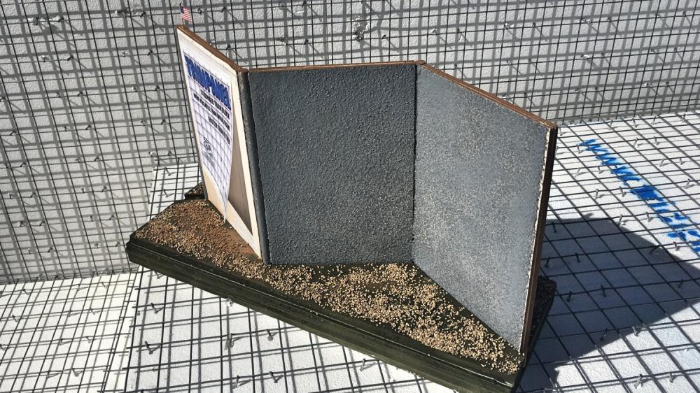 Sistema de paneles prefabricados para formar un muro en zig-zag.
