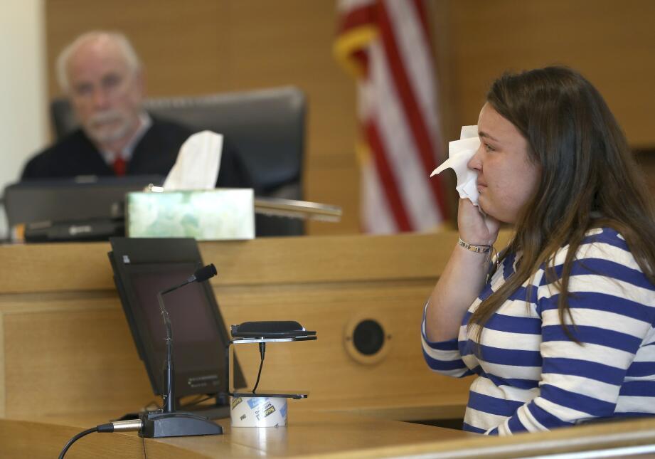 Camdyn Roy, hermana de Conrad Roy, se limpia las lágrimas en el juicio e...