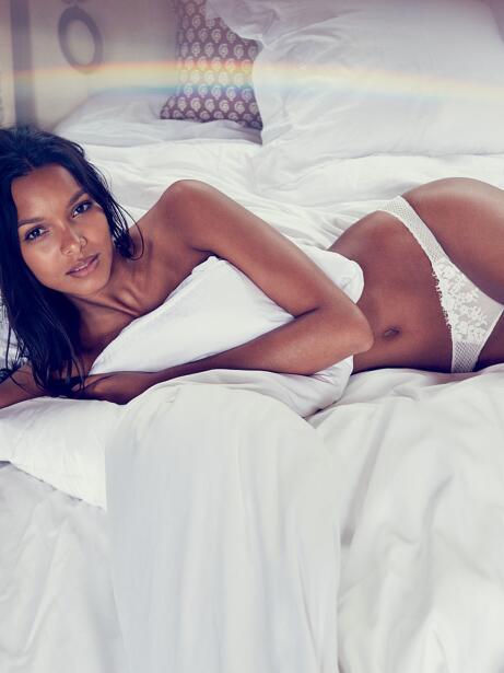 La candente supermodelo se ve hermosa en la nueva campaña de Vict...
