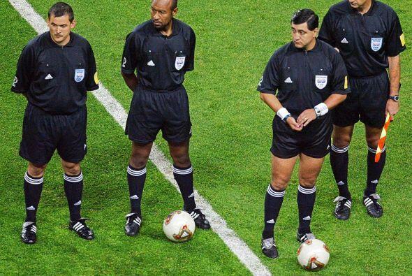 Otros tiempos, el ex árbitro internacional Byron Moreno previo al partid...