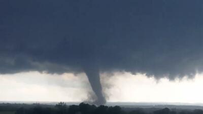 Esta imagen tomada de un video grabado desde un auto, muestra un tornado...