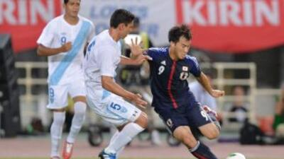 Carlos Gallardo marca a Shinji Okazaki en la derrota de Guatemala ante J...