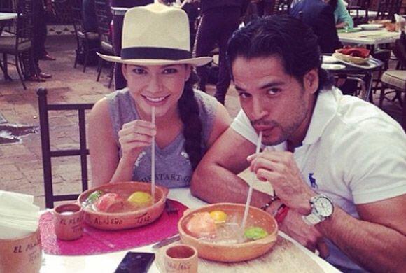 Ana disfrutando de una cazuela, una bebida típica de Jalisco con refresc...