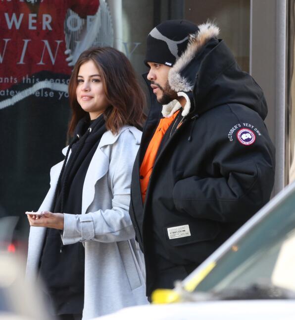 Selena Gomez y The Weeknd no ocultaron su amor mientras paseaban tomados...