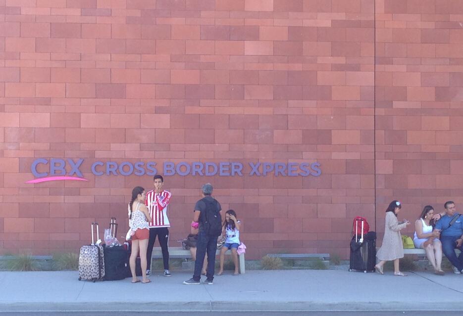 Tardan más en espera de que pasen por ellos, que en cruzar en frontera.