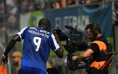 El delantero camerunés se destapó con tres tantos para gu&...