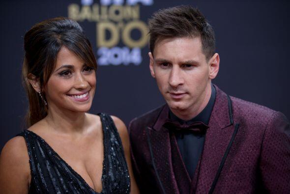 Lionel Messi acudió a la gala de la mano de su mujer luciendo un traje b...