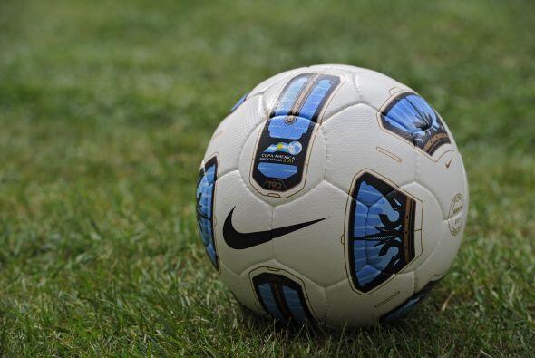 La pelota se llama 'T90 Tracer Doma'. Tiene los colores de la bandera de...