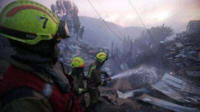 Feroz incendio destruye 100 viviendas en el puerto chileno de Valparaíso