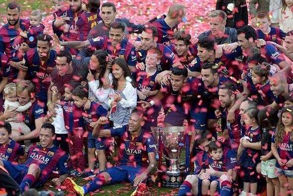 No faltó, por supuesto, la foto de familia. Todo el equipo con el trofeo...