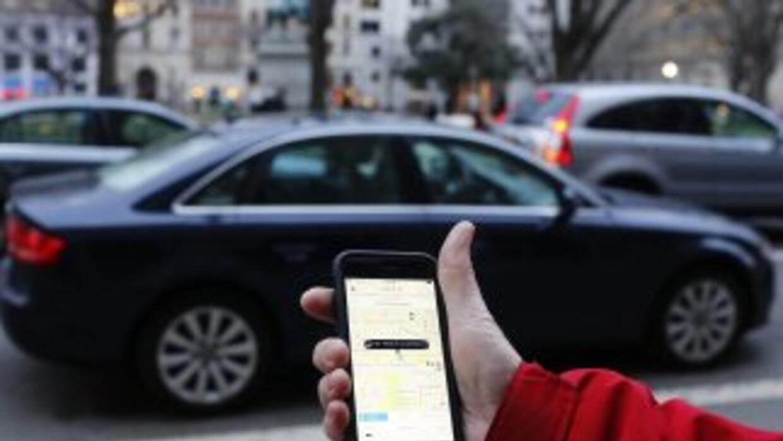 Un cliente pide un UBER desde la aplicación en su teléfono celular.
