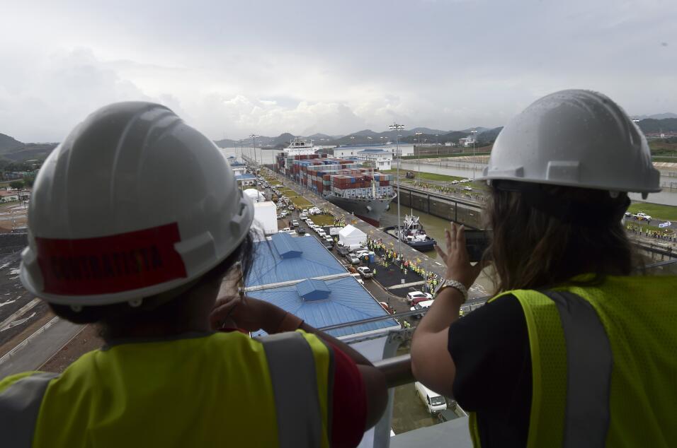 Trabajadores en la nueva etapa del canal, luego de finalizada la expansi...