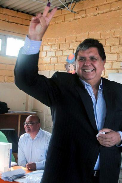El presidente Alan García emitió su voto como cualquier ciudadano peruan...