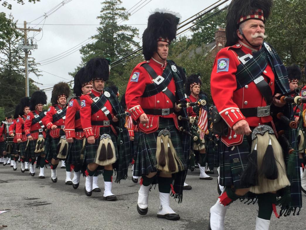 Los miembros de la Emerald Society Band, fundada en el 1960, desfilaron...