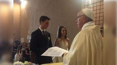 Papa Francisco sorprende a una pareja durante su boda y le da la bendición