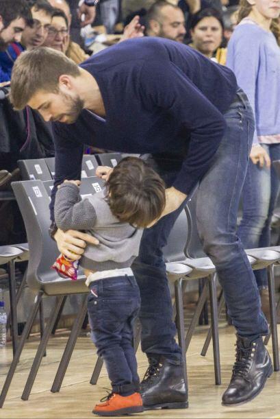 Siempre está al pendiente de las necesidades de su hijo.