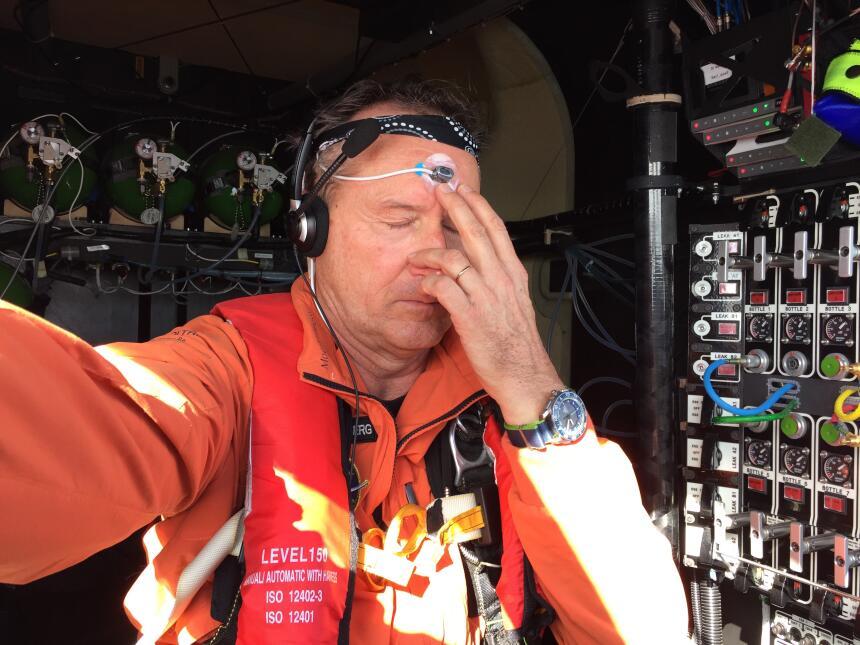 El piloto André Borschberg se hace un selfie en la cabina mientras pract...