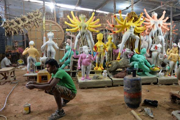"""Los brazos de la diosa: """"Durga"""" representada con ocho o diez m..."""