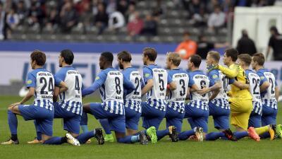 Jugadores del Hertha Berlín se arrodillan para protestar contra el racismo