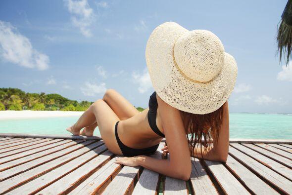 La vitamina D puede obtenerse naturalmente de algunas comidas y a través...
