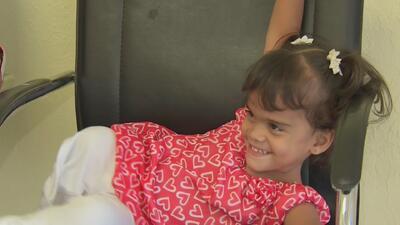 Niña cubana que perdió sus piernas por una bacteria llega a Miami por sus prótesis para poder caminar
