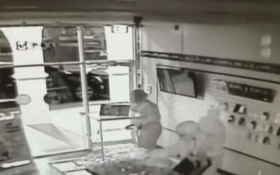Policía busca a los tres sospechosos de robar una tienda de celulares en...