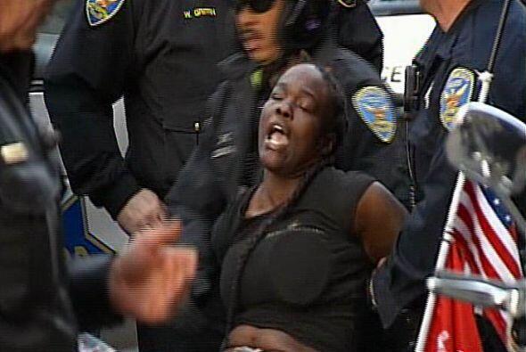 Esta mujer fue arrestada en la plaza por la tarde cuando el enfrentamien...