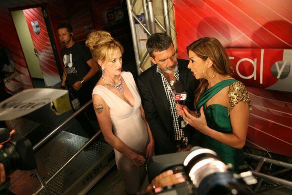 Banderas y Melanie en plena entrevista...(parece que la esposa de Antoni...