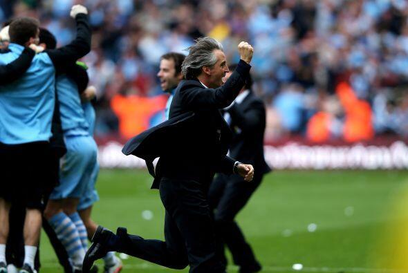 Mancini y su cuerpo técnico saltaban de júbilo por la victoria que se co...