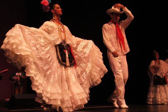 La belleza de sus trajes típicos y sus movimientos, conquistaron al públ...