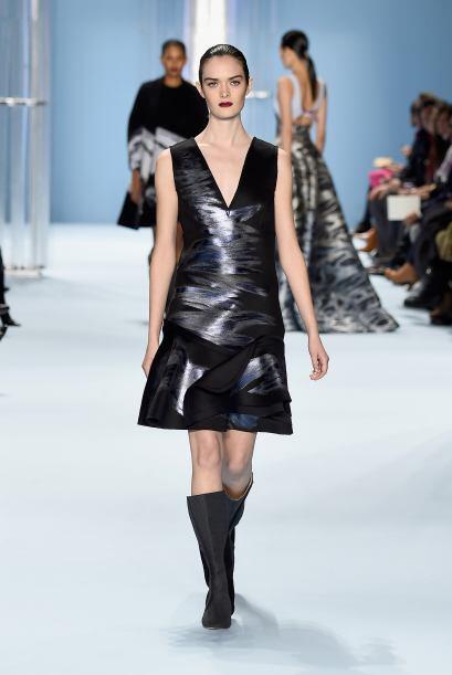 Las telas metalizadas lograron que muchas de las prendas fueran muy sens...