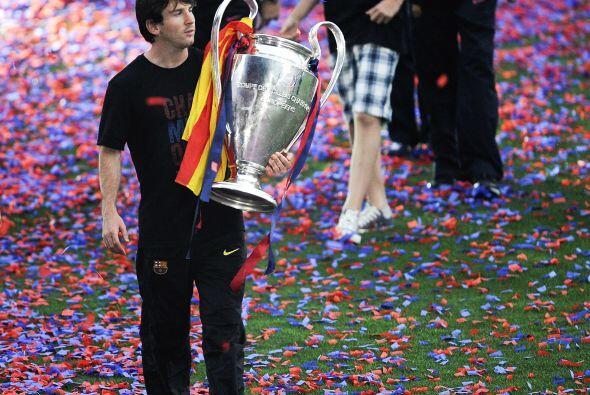 Los barcelonistas mostraron el trofeo ante su público, que los vitoreaba...