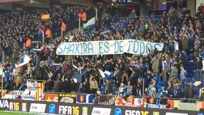 Fans de Espanyol con pancartas vs. Shakira