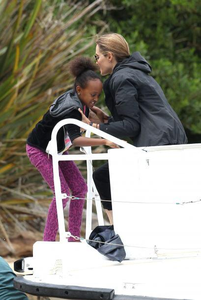 La actriz ayudando a Zahara a subir al yate.Más videos de Chismes aquí.