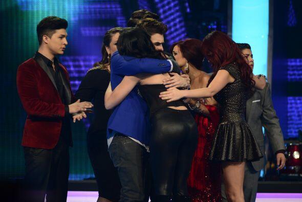 Y sus compañeros la abrazaron para despedirse.