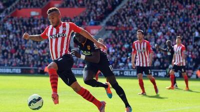 Ryan Bertrand supera la marca de su rival en el duelo con el Hull.