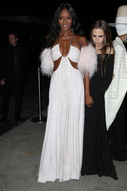 Ya que la sensual modelo mantuvo su vestido toda la noche.Mira aqu&iacut...