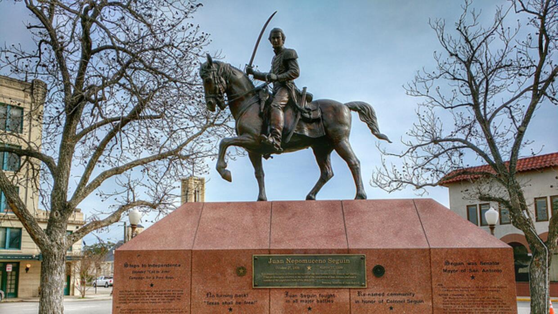 Una estatua de Juan Seguín, quien fue alcalde de San Antonio.