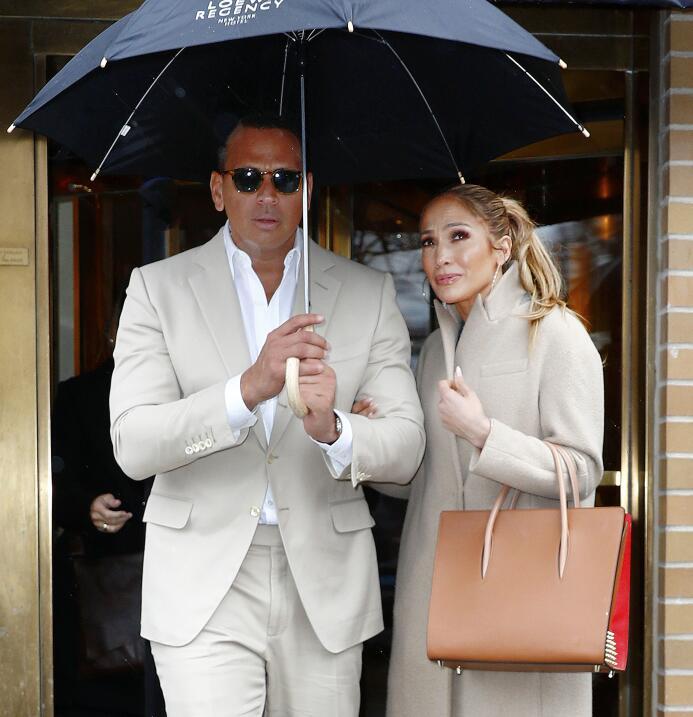 Jennifer Lopez y Alex Rodríguez salen de una comida en el restaurante Ma...