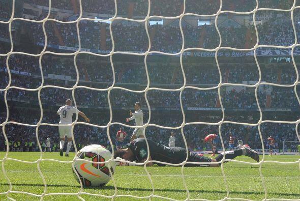 Tres goles más caerían, Benzema ponía el 7-0 y el Granada reaccionaba co...