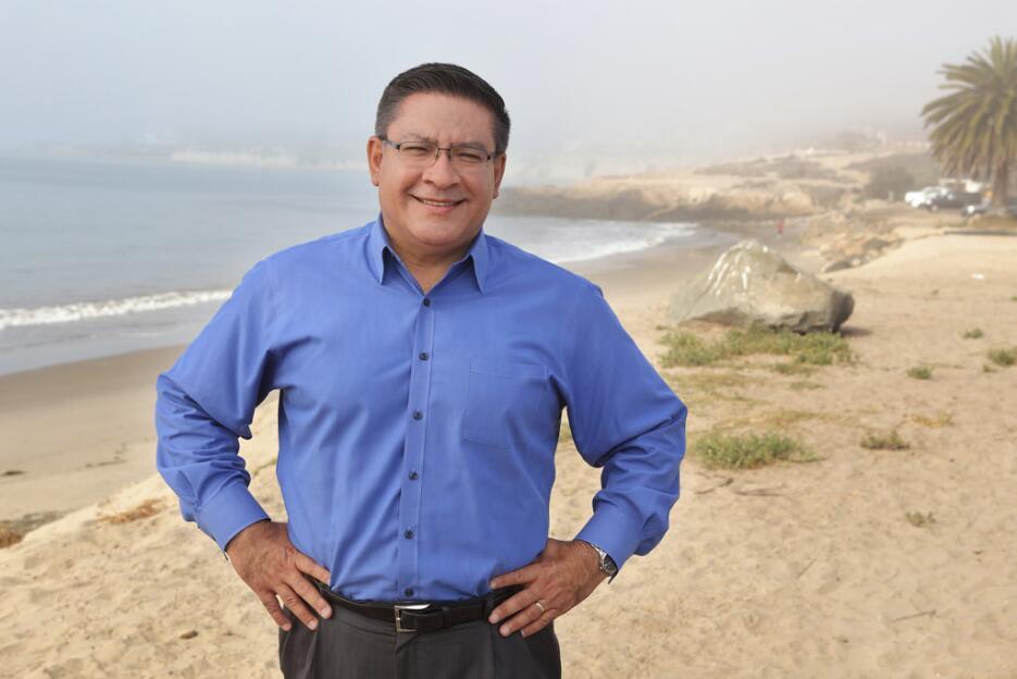 Nacido en México, el demócrata Salud Carbajal pasó su infancia en Arizon...