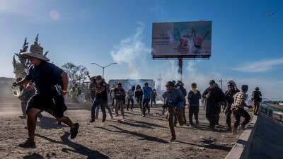 Represión en la frontera: las imágenes de un fotógrafo Pulitzer cuando lanzaron gases lacrimógenos contra los migrantes