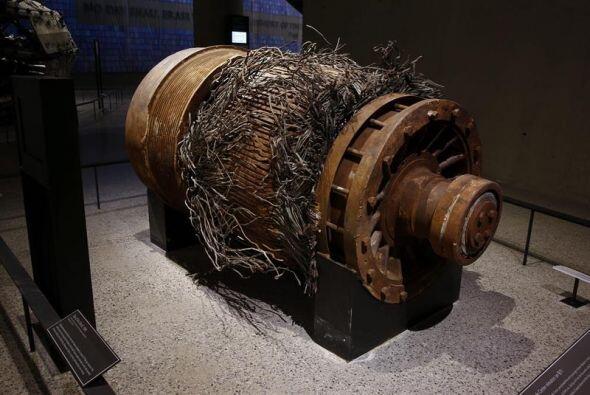 Imagen que muestra el motor de un ascensor con los cables destrozados tr...